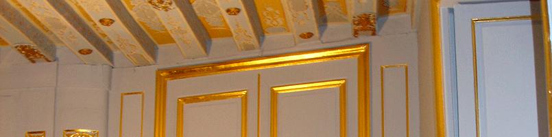 Décor doré sur boiserie et plafond